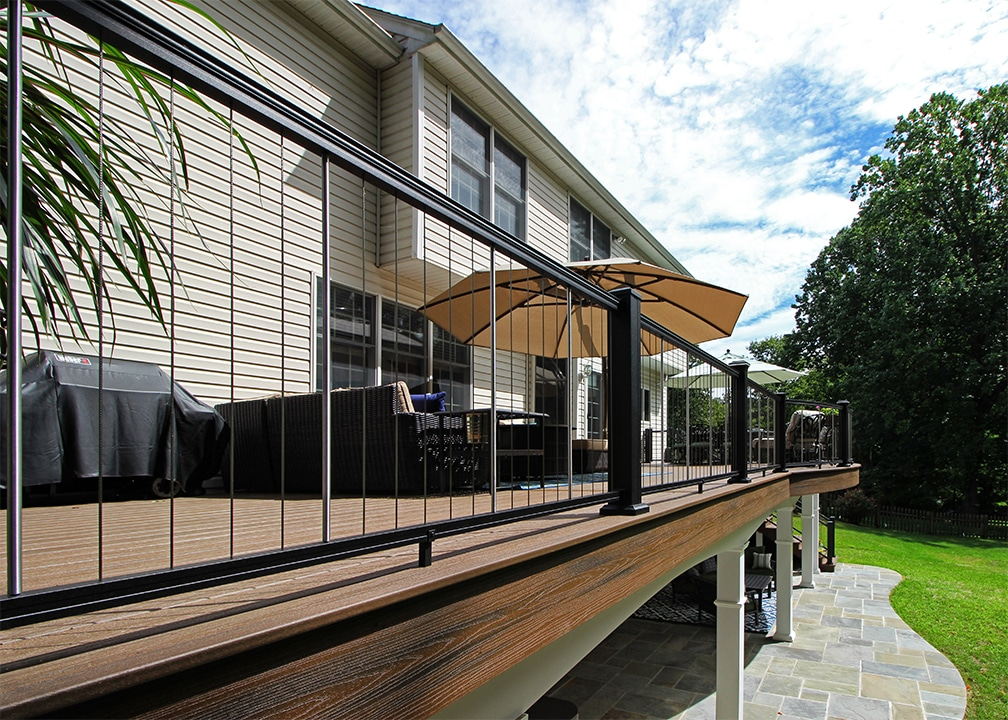 deck with vertical cable handrail