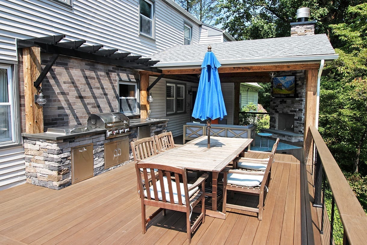 deck with full dining room table